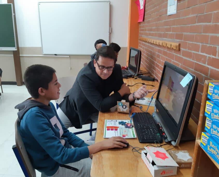 Lehrer und Schüler programmieren einen Calliope im Unterricht