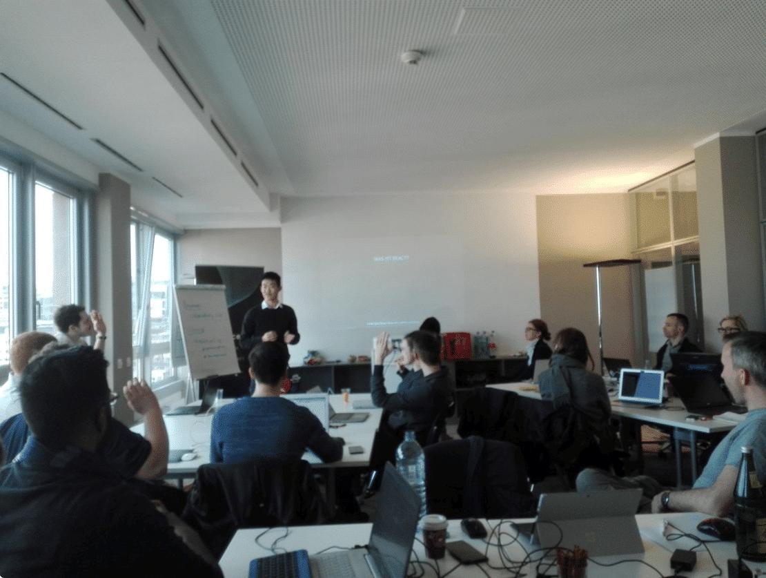 Felix besucht regelmäßig verschiedene Talks und Hackathons. Hier zu sehen: Ein Talk in Frankfurt.