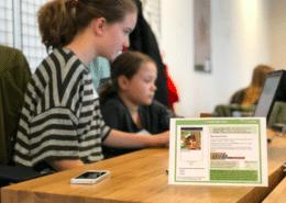 Schülerinnen entwickeln Apps an der CODE University
