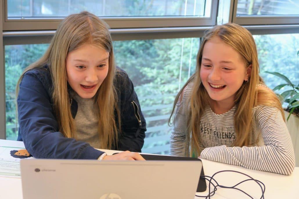Mädchen lernen Programmieren