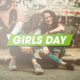 Mädchen sitzen am Straßenrand