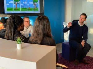 Jugendliche sprechen mit IT-Abteilung