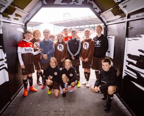 Kinder im Millerntor Spielertunnel