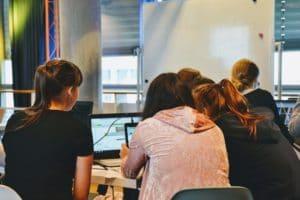 Schüler arbeiten am Computer