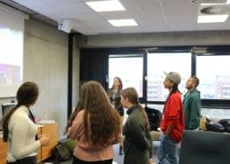 Schüler stehen vor Whiteboard