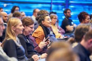 Lehrerin im Publikum beim Abschlusspanel auf dem Digital Summit 2020. Einer Lehrerkonferenz in Hamburg zum Thema Digitalisierung