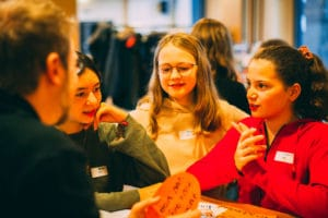 Technovtion Girls Germany Dialog Mädchen Programmieren in Partnerarbeit
