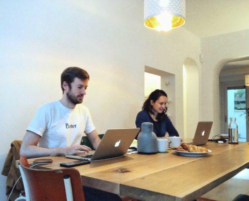 App Camps Team am Rechner und Schreibtisch
