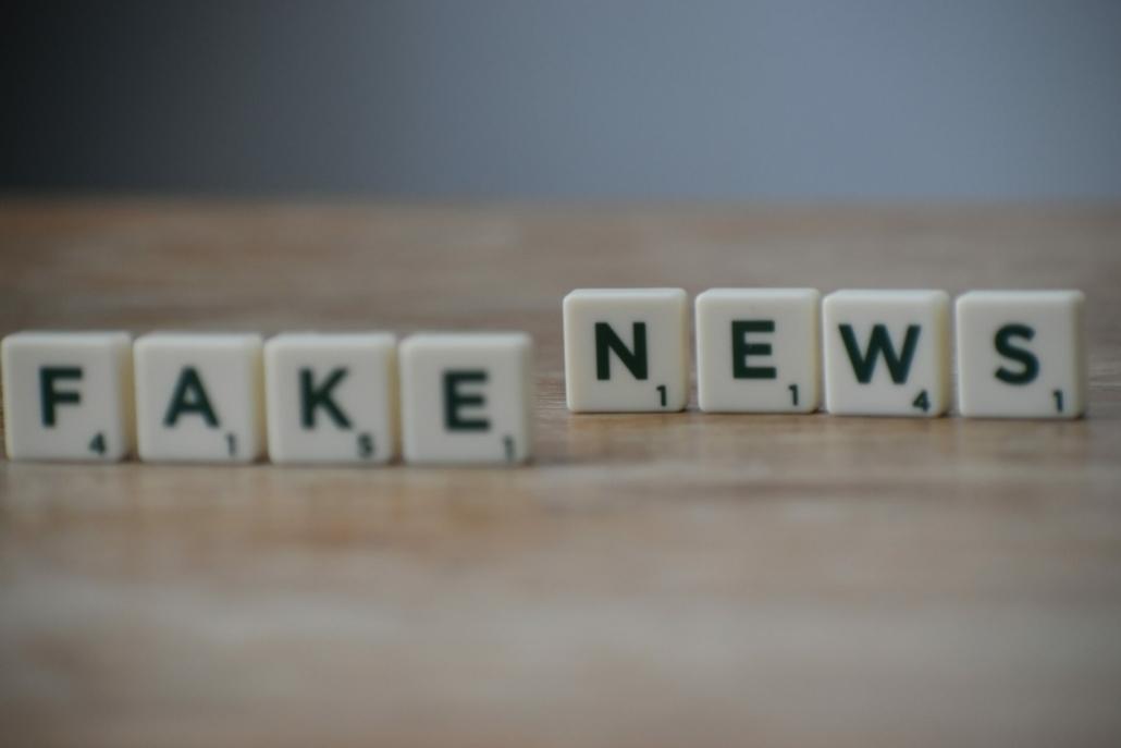 Buchstaben Schriftzug Fake News